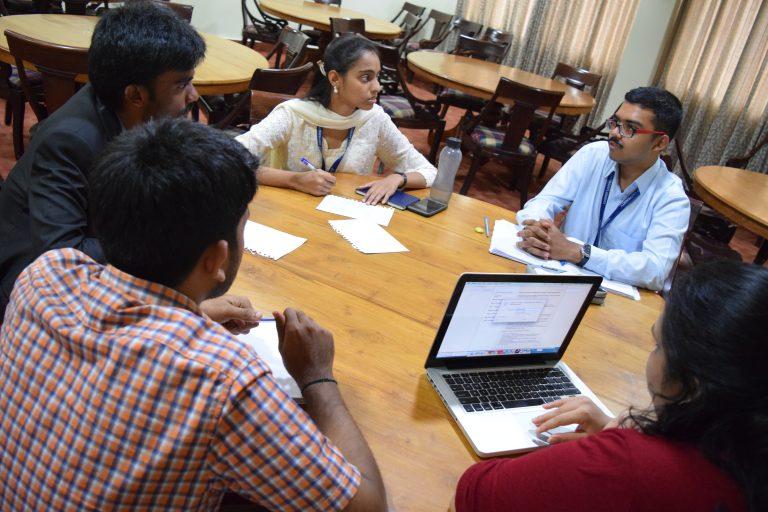 Studenten van de Christ University die de voordelen en uitdagingen over Wikimedia discussiëren.